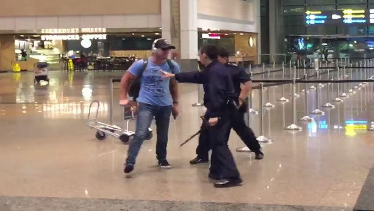 Singapore Airport ah palik tetawh akitawngAustralia gammipa 11 Charges tawh thu kibawl