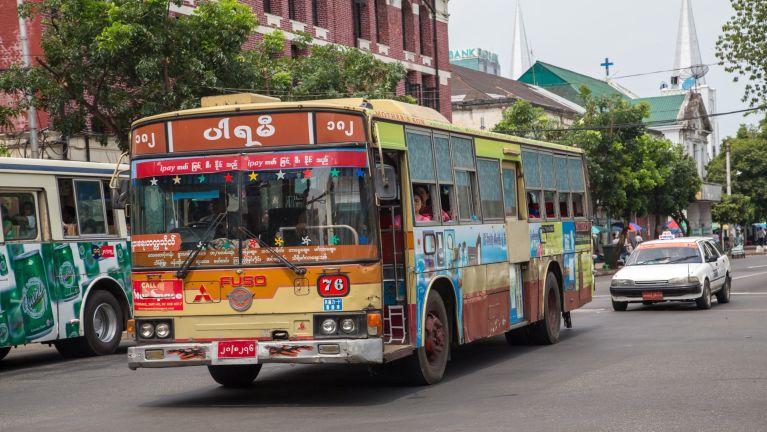 Yangon Airport leh khuasung meileng khawlna kikal Airport Shuttle mawtaw amanlang in taisak tading